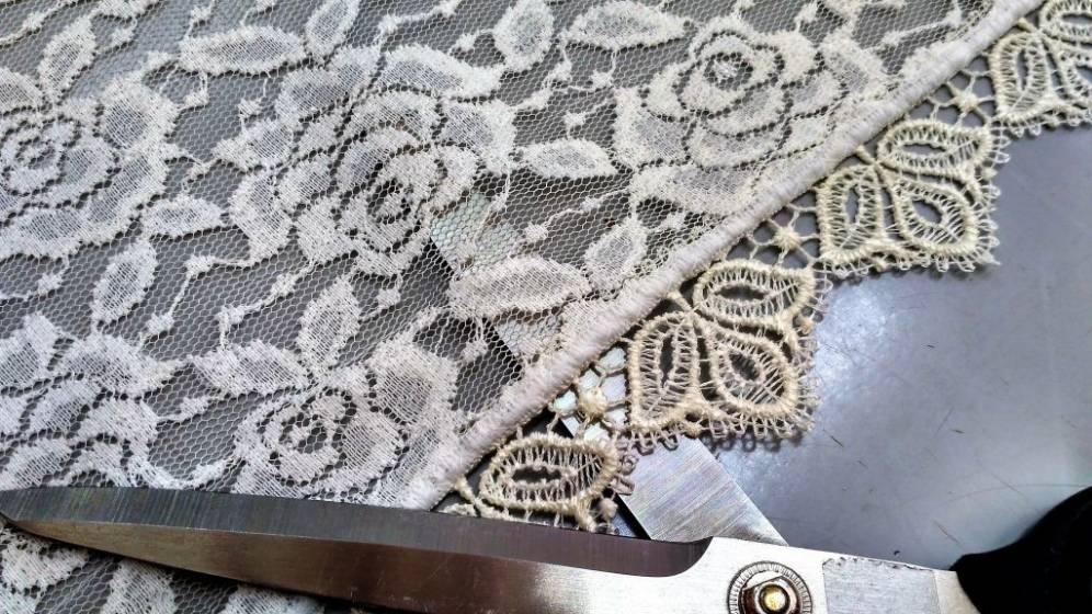 Tendaggio in pizzo decorato a fiori - bianco ottico