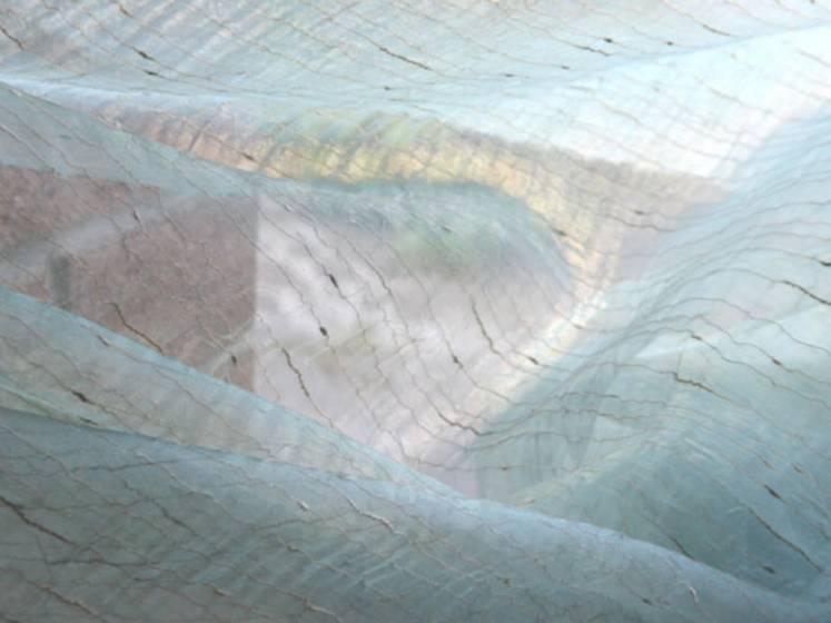 Tendaggio in organza con filamenti brillanti