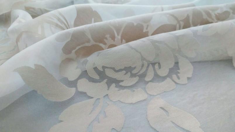 Tessuto per tendaggio devorè con fantasia floreale - bianco e tortora rosato2