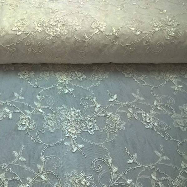 Tessuto per tendaggi in tulle ricamato floreale - avorio
