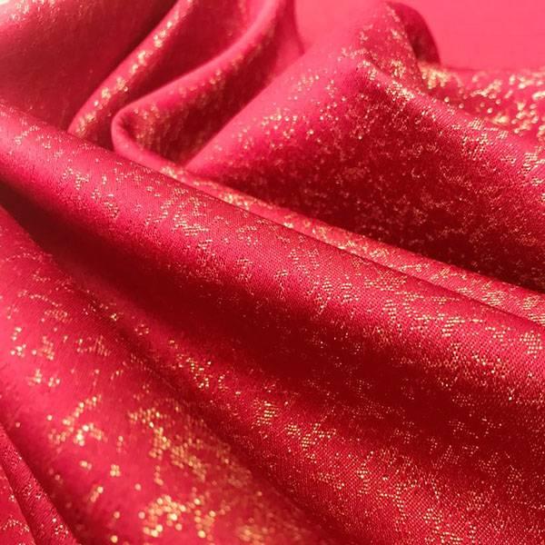 Tessuto per rivestimento con tramatura dorata - rosso