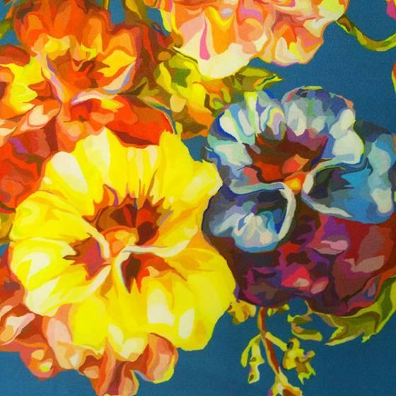 Tessuto per abbigliamento leggermente lucido fantasia floreale - fondo blu e multicolor