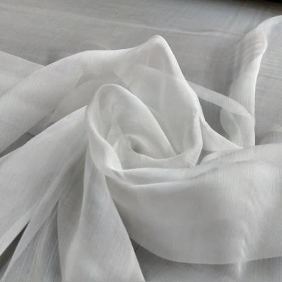 Tessuto per abbigliamento in seta goffrata semitrasparente - bianco