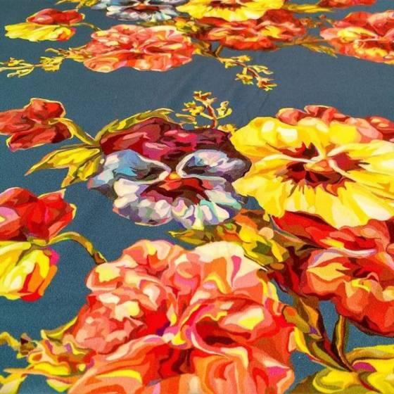 Tessuto in raso di seta elasticizzato fantasia floreale - sfondo azzurro