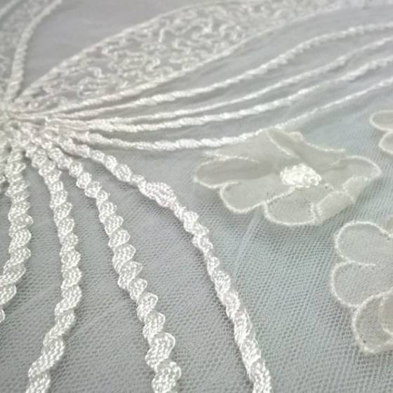 Tessuto in pizzo ricamato a fantasia floreale in rilievo - bianco