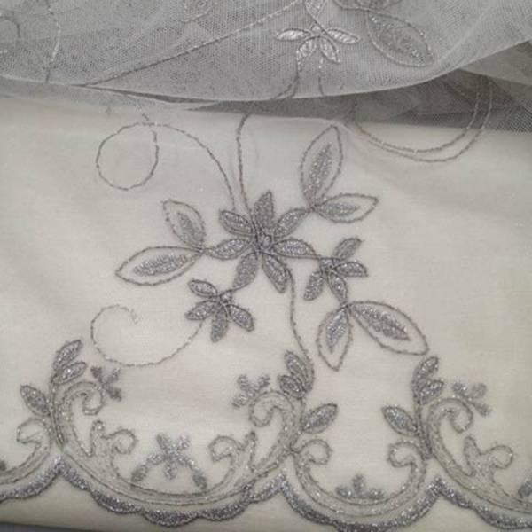 Tendaggio in tulle con ricami a fiori in argento - avorio