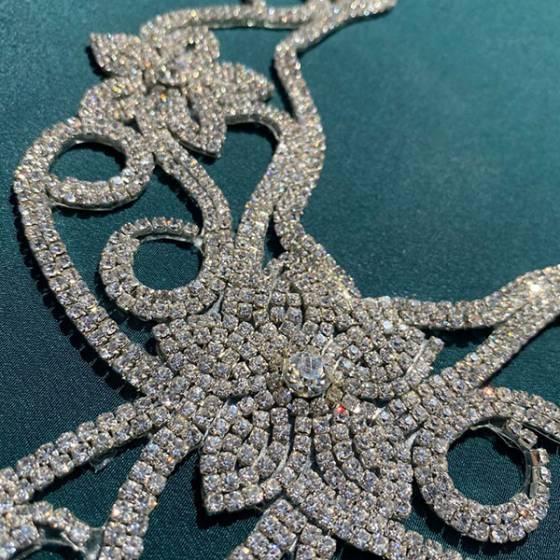 Decorazione floreale con diamanti per scollature abiti1