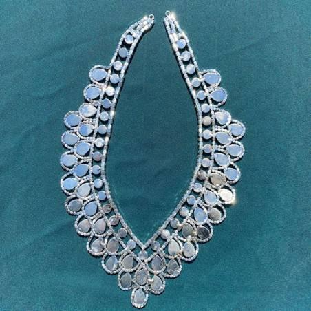 Scollatura per abiti eleganti con strass e perle1