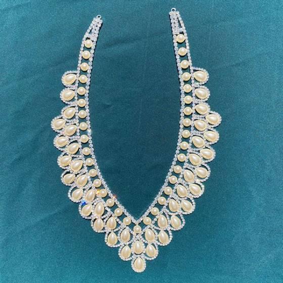 Scollatura per abiti eleganti con strass e perle